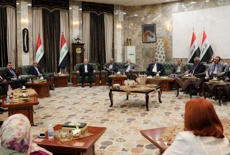 اجتمع نواب وسياسيون وقادة رأي